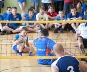 Mecz pokazowy w siatkówkę na siedząco w SP nr. 6